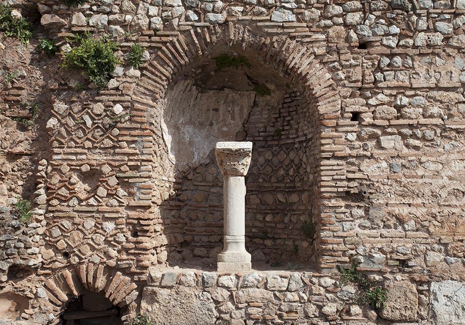 Delfi -  Mauern   - kunstvolle Mauern an der Heiligen Straße, die zum Tempel des Apollon führt - Delfi