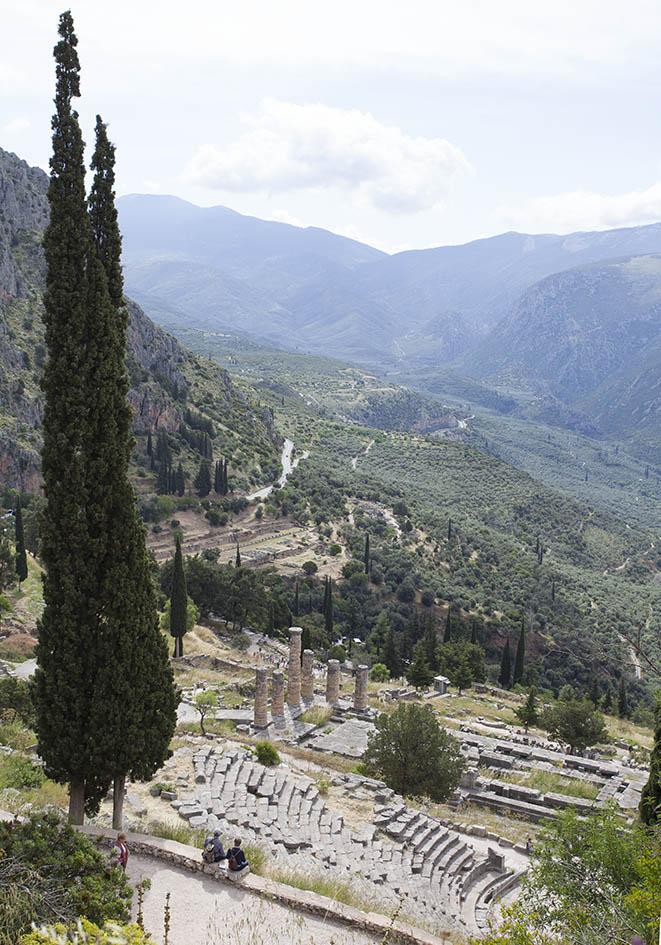 Delfi - Blick ins Tal Richtung Arachova - Amphitheater - Tempel des Apollon - Gymnasium - Delfi