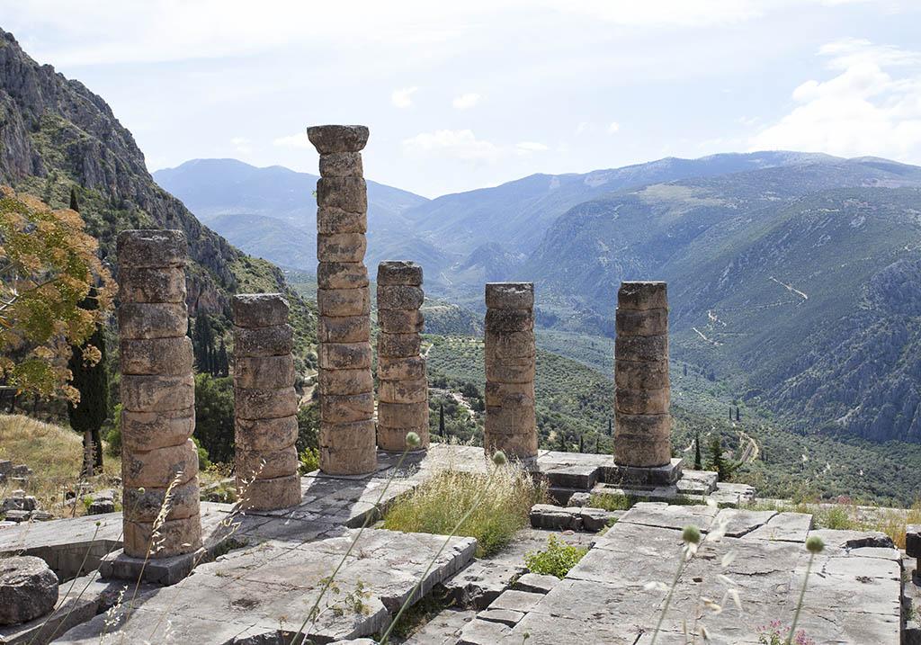 Delfi - Tempel des Apollon - Sitz des Orakels, mit sechs wieder aufgerichteten Dorischen Säulen - Delfi